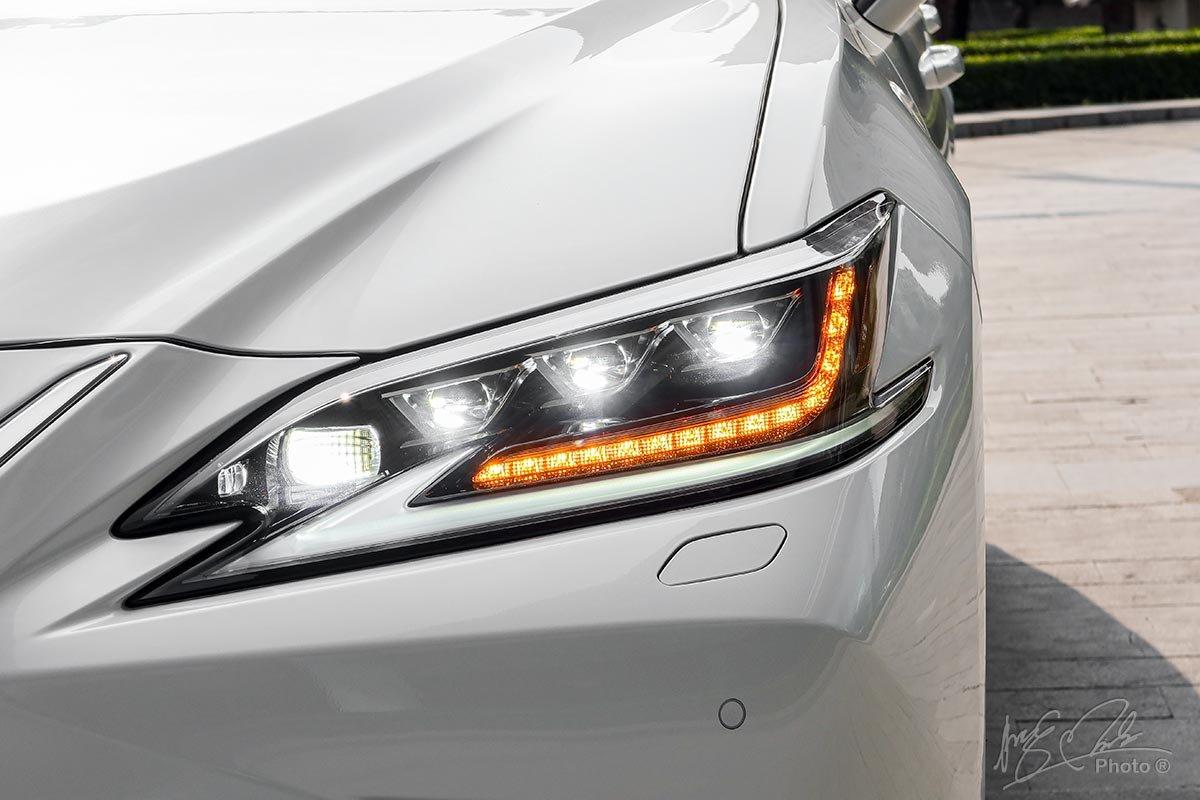 Ảnh chụp đèn pha xe Lexus ES 250 2020