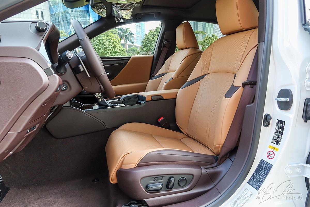 Ảnh chụp ghế trước xe Lexus ES 250 2020