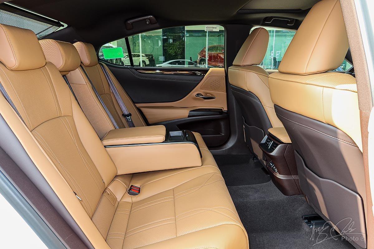 Ảnh chụp ghế sau xe Lexus ES 250 2020