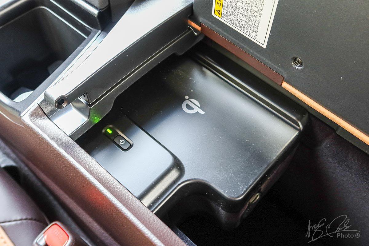 Ảnh chụp sạc điện thoại xe Lexus ES 250 2020