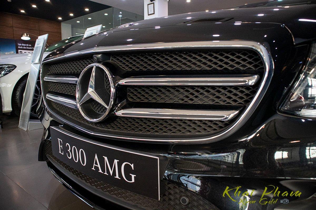 Ảnh chụp lưới tản nhiệt xe Mercedes-Benz E 300 AMG 2020