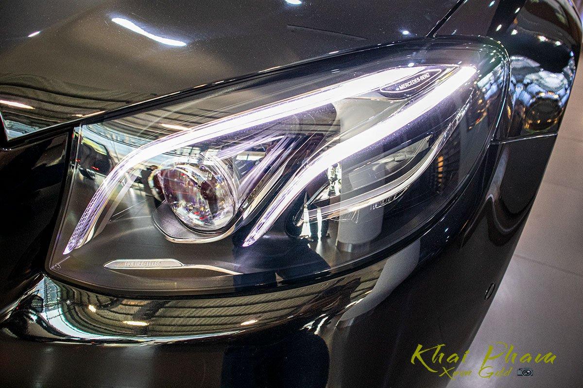 Ảnh chụp đèn pha xe Mercedes-Benz E 300 AMG 2020