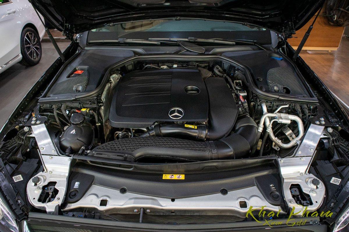 Ảnh chụp động cơ xe Mercedes-Benz E 300 AMG 2020