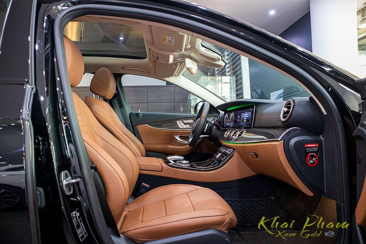 Ảnh chụp ghế trước xe Mercedes-Benz E 300 AMG 2020