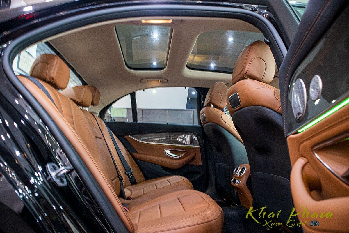 Ảnh chụp ghế sau xe Mercedes-Benz E 300 AMG 2020