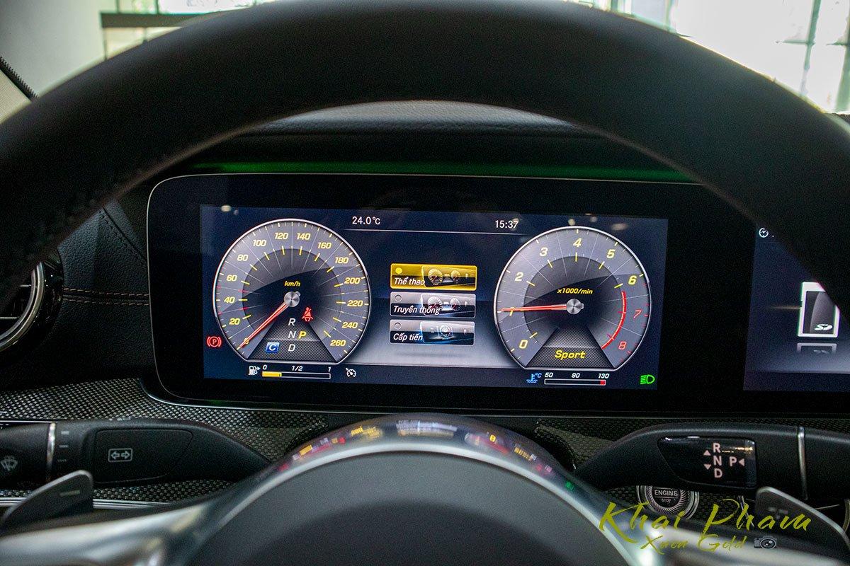 Ảnh chụp cụm đồng hồ xe Mercedes-Benz E 300 AMG 2020