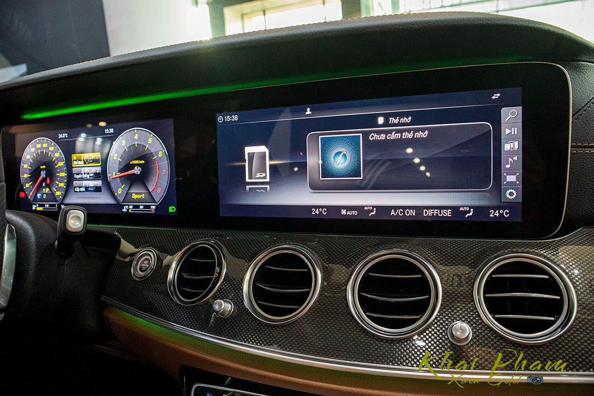 Ảnh chụp màn hình giải trí xe Mercedes-Benz E 300 AMG 2020