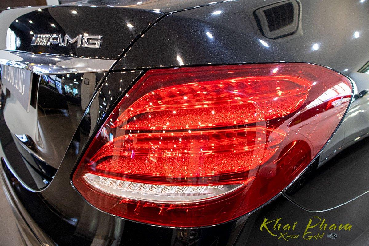 Ảnh chụp đèn hậu xe Mercedes-Benz E 300 AMG 2020