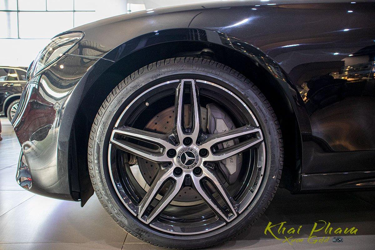 Ảnh chụp la-zăng xe Mercedes-Benz E 300 AMG 2020