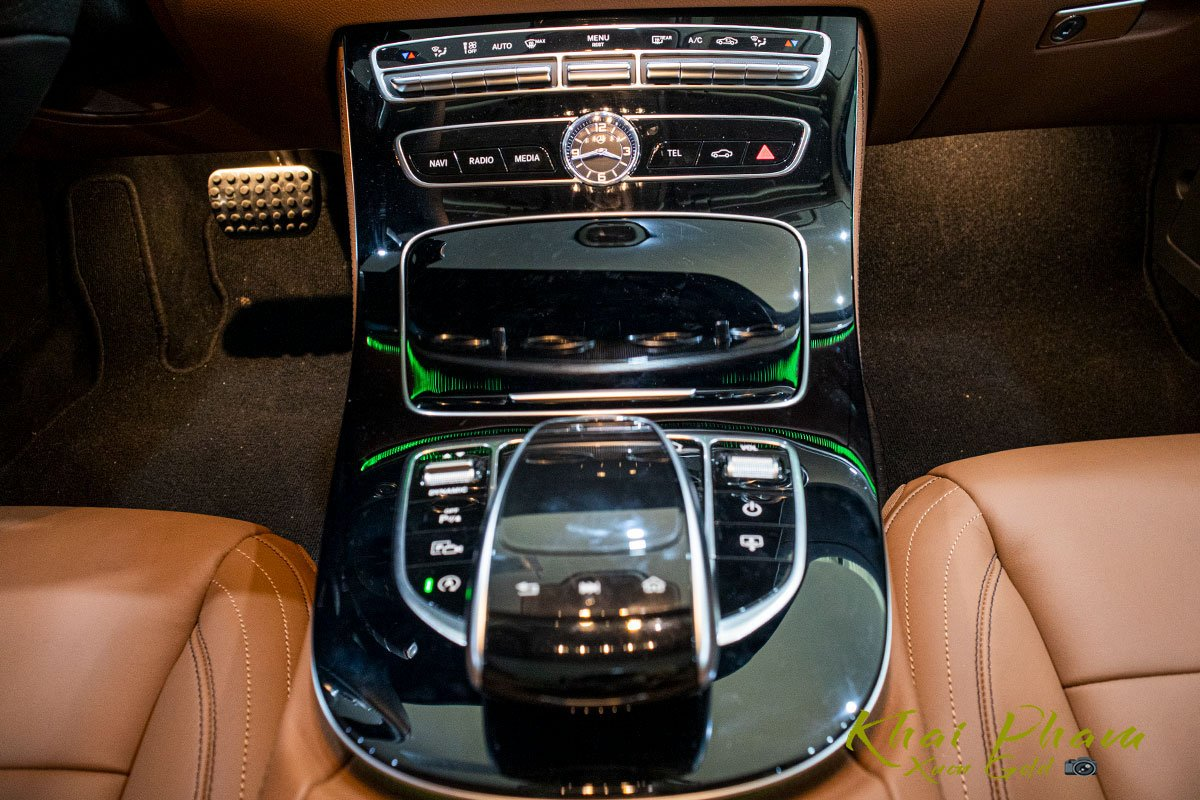 Ảnh chụp cụm điều khiển xe Mercedes-Benz E 300 AMG 2020