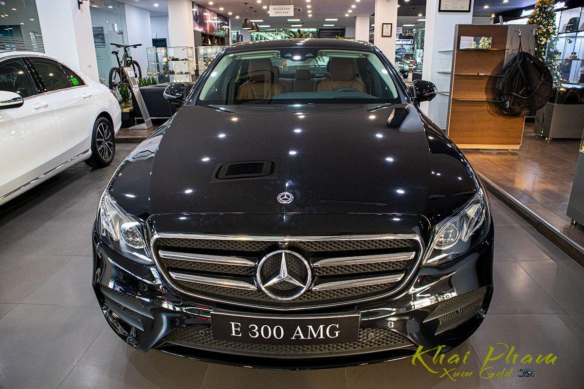 Ảnh chụp đầu xe Mercedes-Benz E 300 AMG 2020