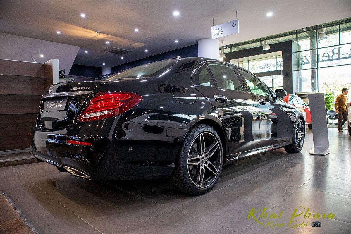 Ảnh chụp sau xe Mercedes-Benz E 300 AMG 2020