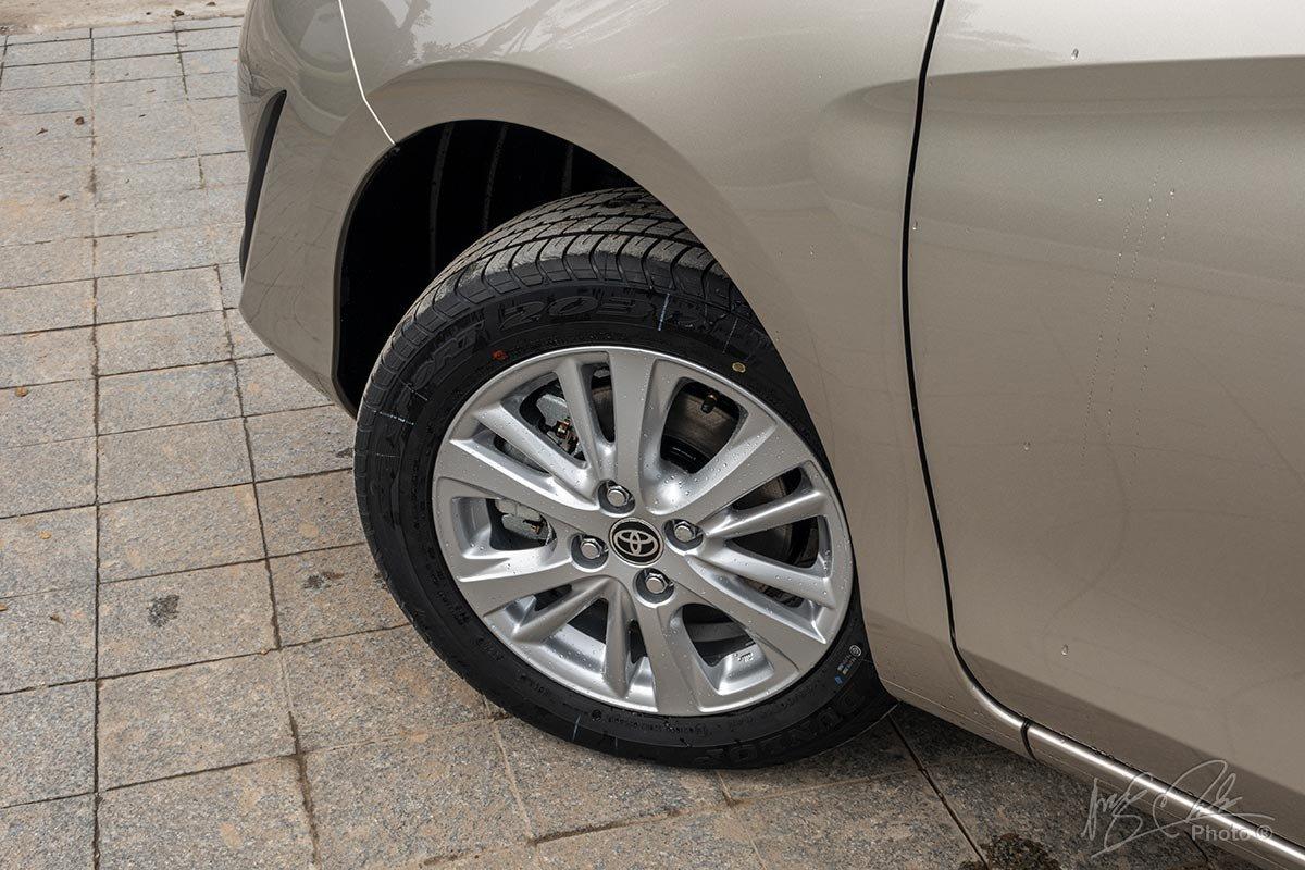 Đánh giá xe Toyota Vios 2020 phiên bản 1.5E MT: La-zăng hợp kim 15 inch tiêu chuẩn cùng bộ lốp 185/60 R15.