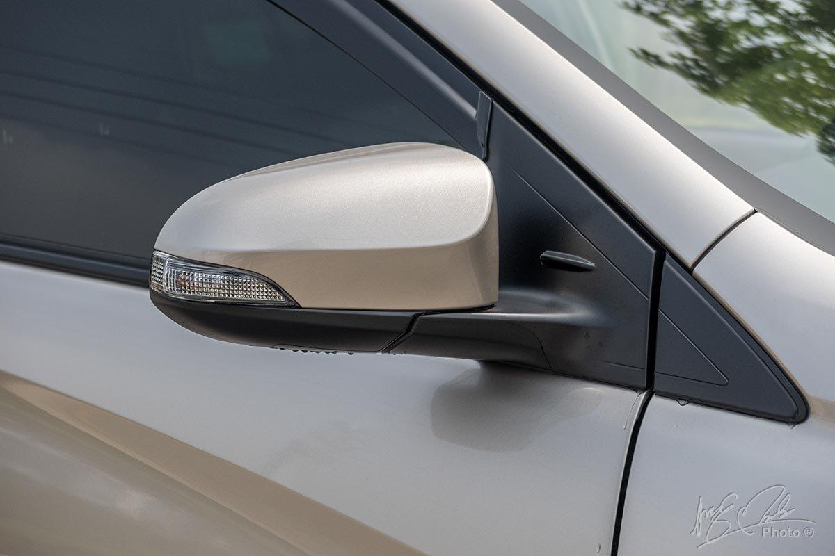 Đánh giá xe Toyota Vios 2020 phiên bản 1.5E MT: Đèn xi-nhan tích hợp trên gương chiếu hậu.