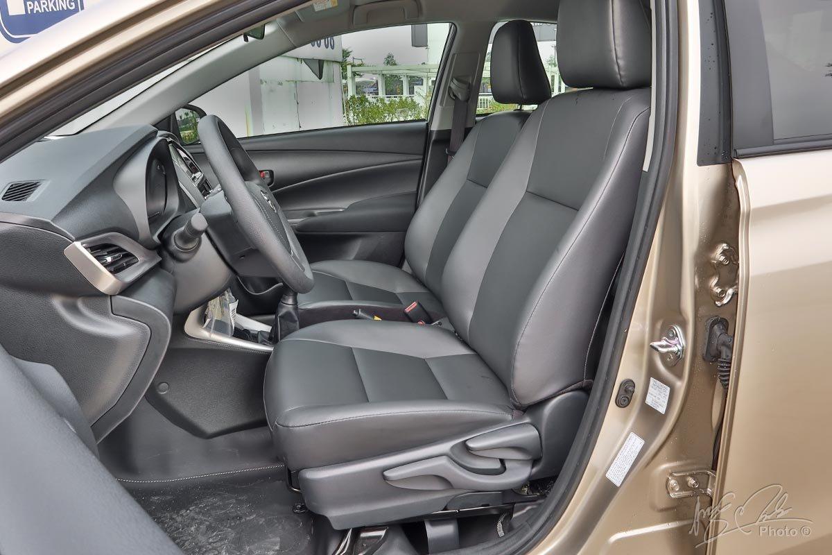 Đánh giá xe Toyota Vios 2020 phiên bản 1.5E MT: Ghế lái chỉnh tay 6 hướng.