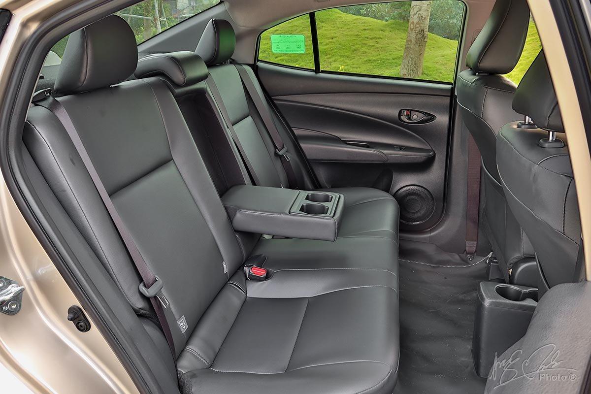 Đánh giá xe Toyota Vios 2020 phiên bản 1.5E MT: Tựa tay dành cho hành khách phía sau.