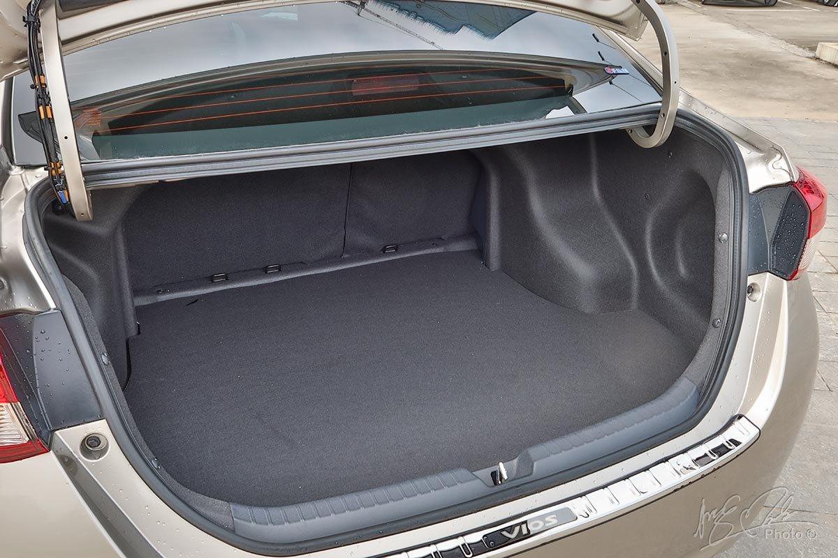 Đánh giá xe Toyota Vios 2020 phiên bản 1.5E MT: Khoang hành lý rộng 506 lít.