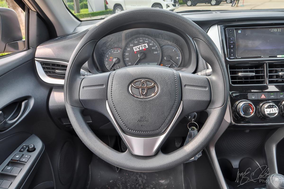 Đánh giá xe Toyota Vios 2020 phiên bản 1.5E MT: Vô-lăng không có bất kỳ nút bấm nào.