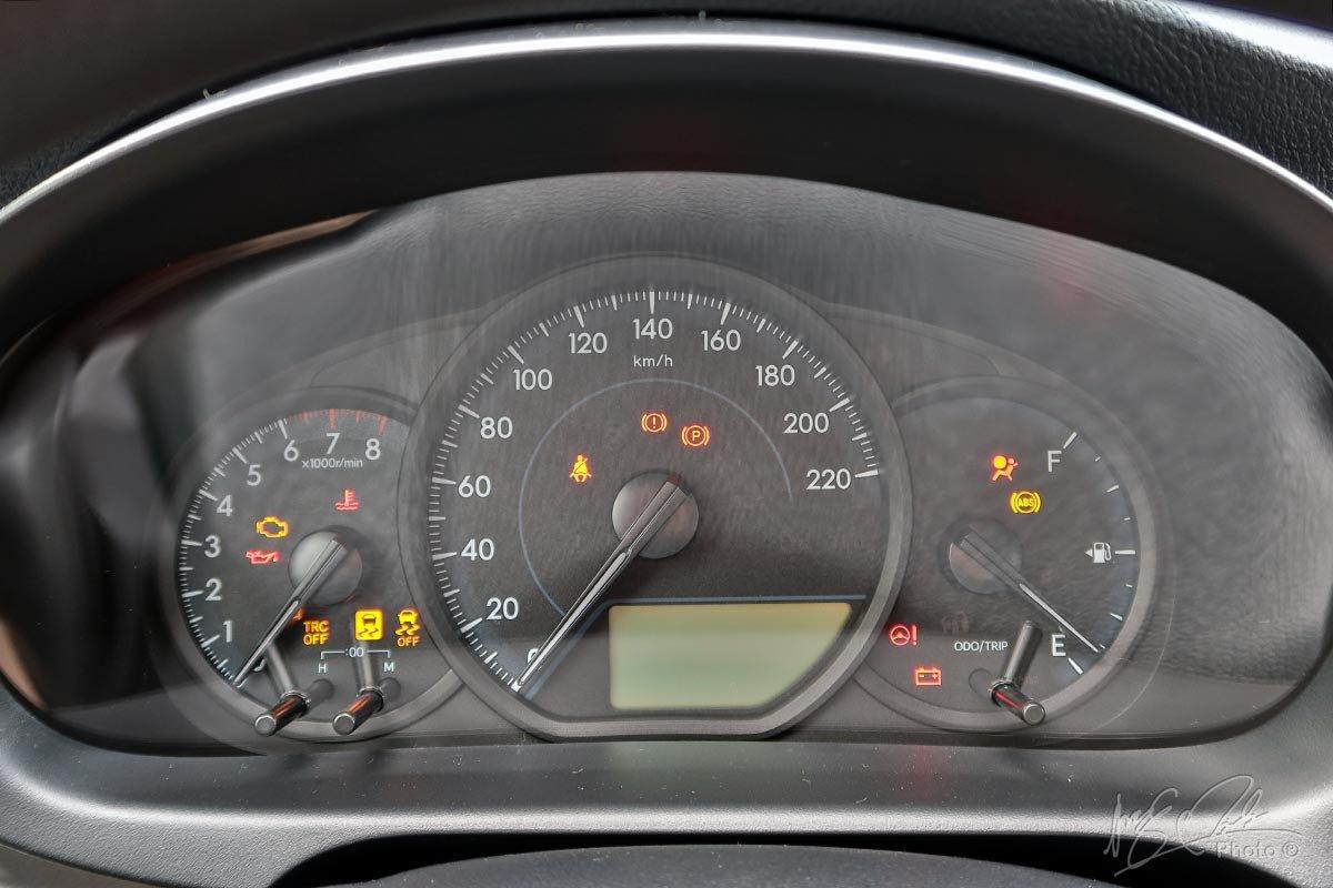 Đánh giá xe Toyota Vios 2020 phiên bản 1.5E MT: Cụm đồng hồ được thiết kế tối giản.