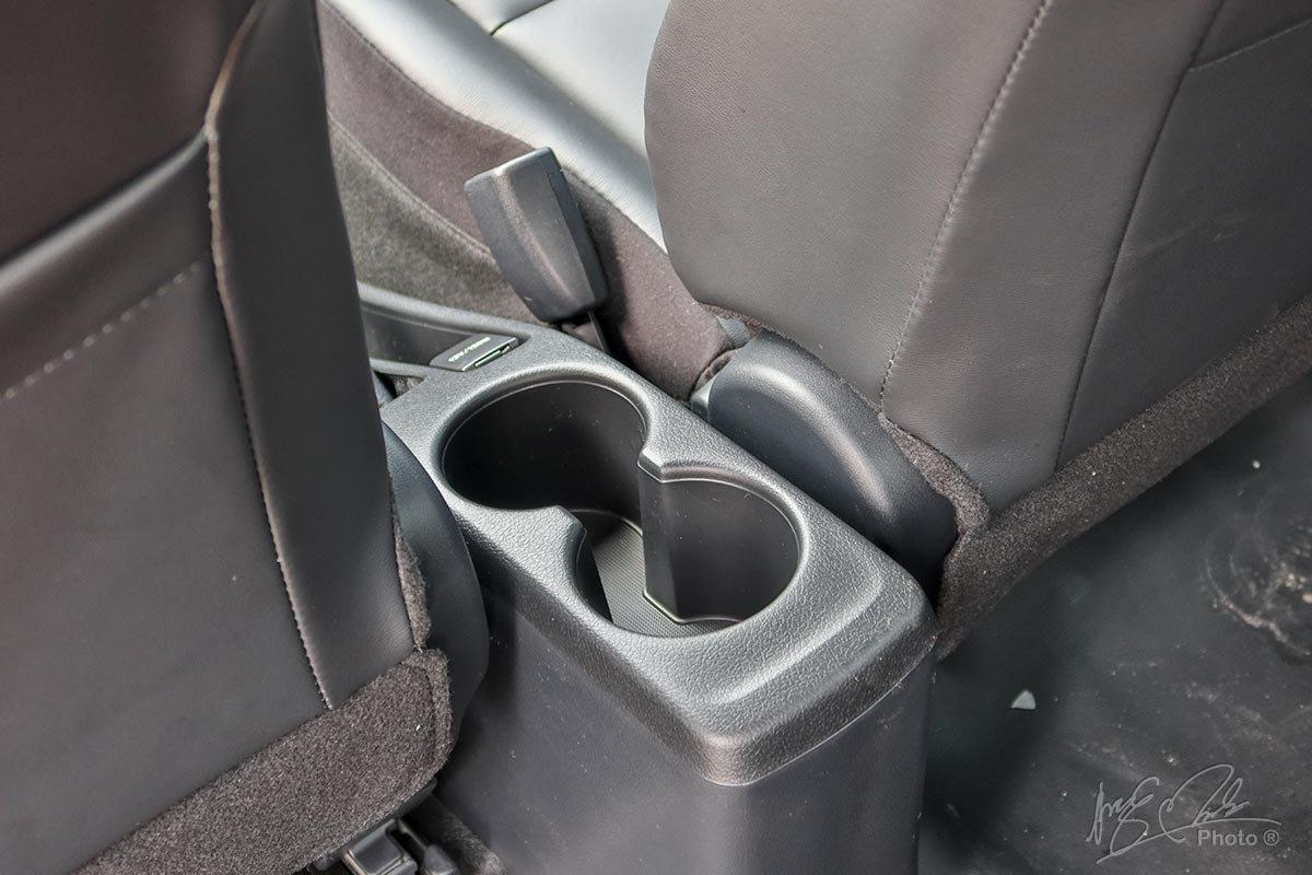 Toyota Vios 2020 phiên bản 1.5E MT: Bệ tỳ tay kiêm hốc để đồ đã bị thay thế.