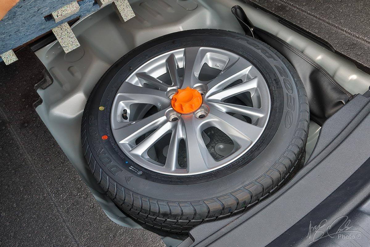 Đánh giá xe Toyota Vios 2020 phiên bản 1.5E MT: Lốp dự phòng nguyên kích thước.