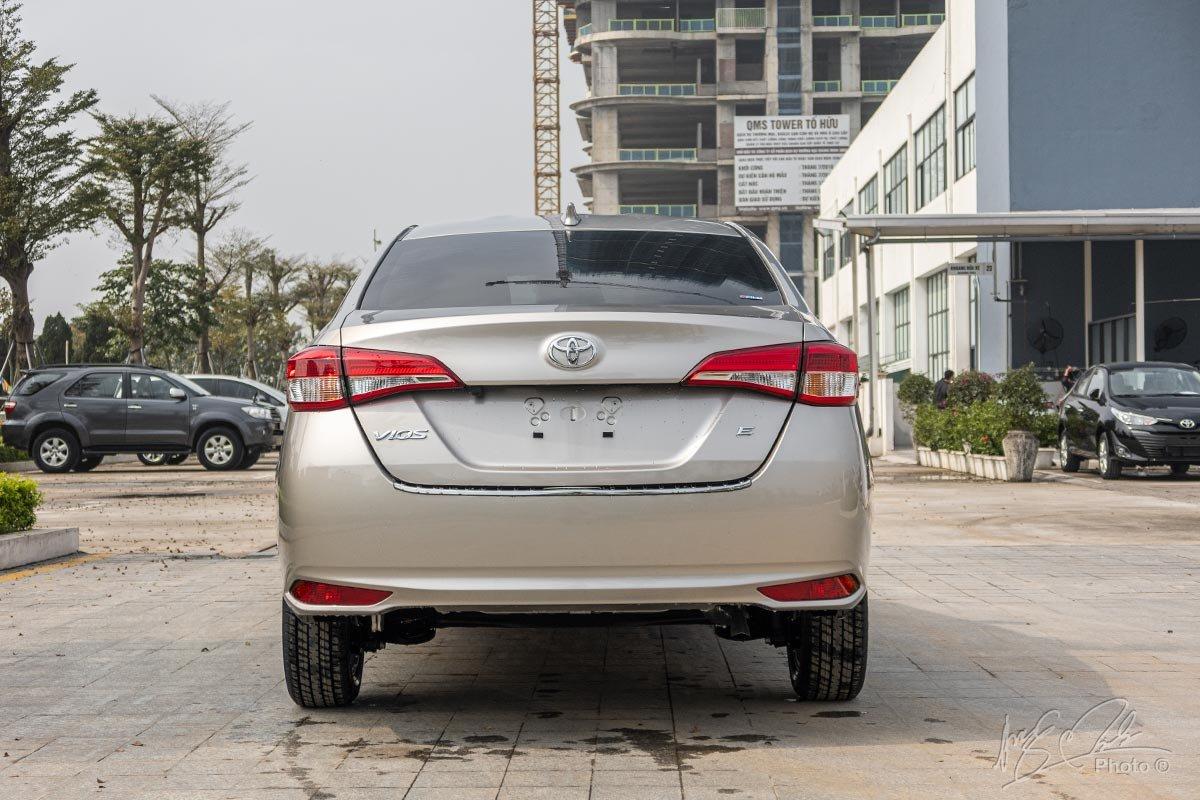 Đánh giá xe Toyota Vios 2020 phiên bản 1.5E MT: Thiết kế đuôi xe.
