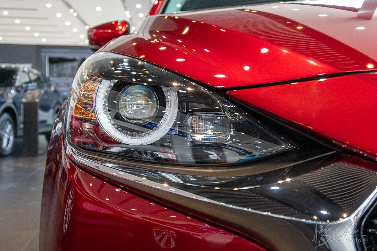 Cụm đèn pha LED thích ứng trên phiên bản Premium của Mazda 2 2020.