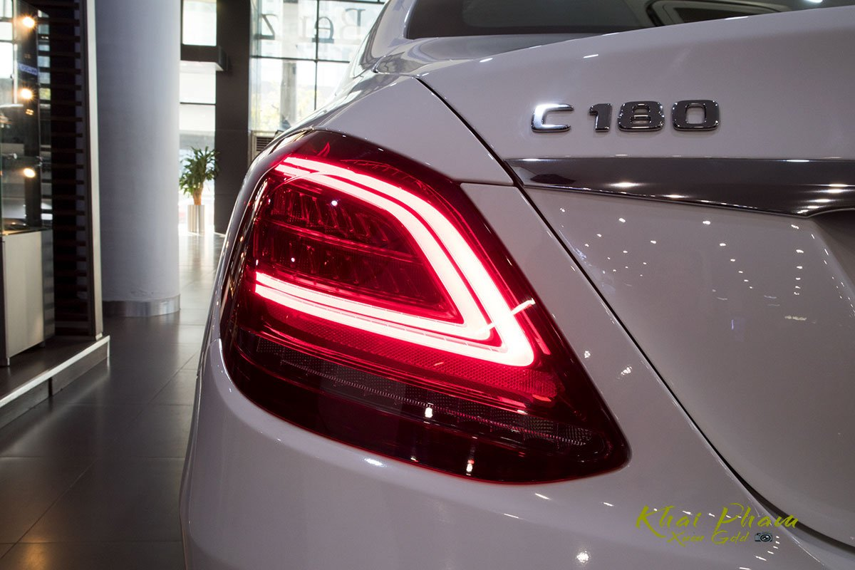 Ảnh chụp đèn hậu xe Mercedes-Benz C 180 2020