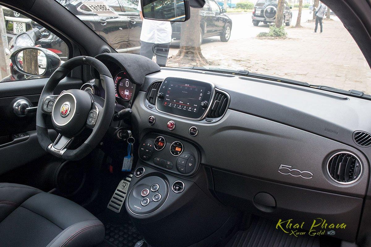 Ảnh chụp táp-lô xe 1 Fiat 500 595 Abarth Esseesse 2020 đầu tiên về Việt Nam