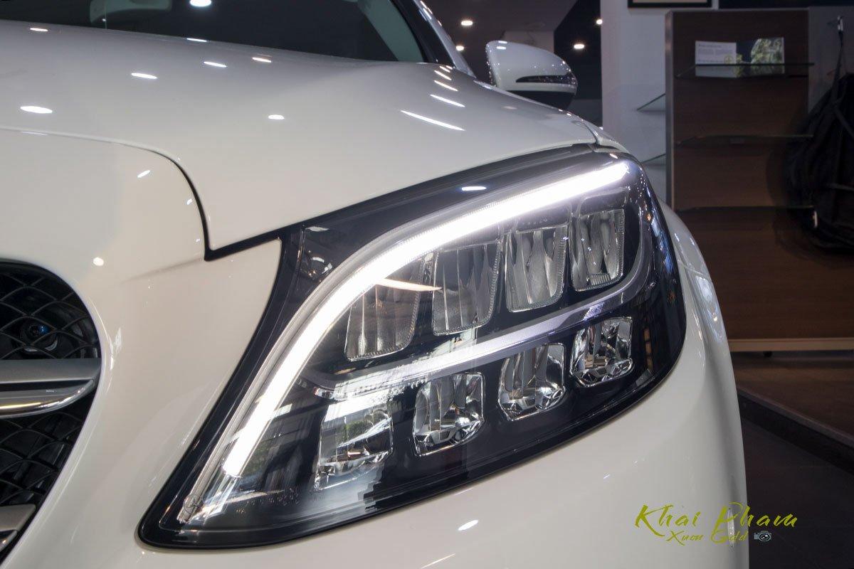 Ảnh chụp đèn pha phải xe Mercedes-Benz C 180 2020