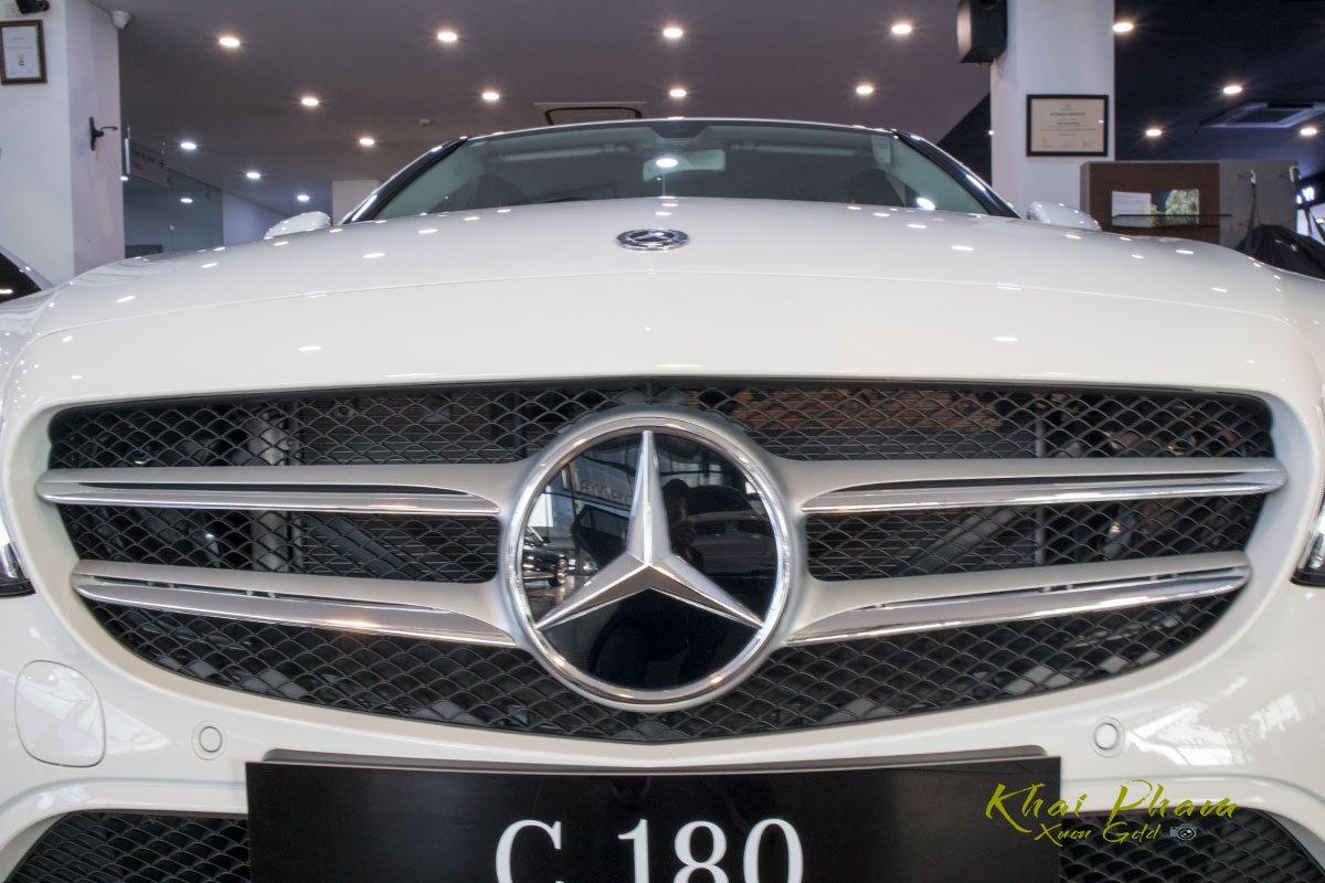Ảnh chụp Lưới tản nhiệt xe Mercedes-Benz C 180 2020 1