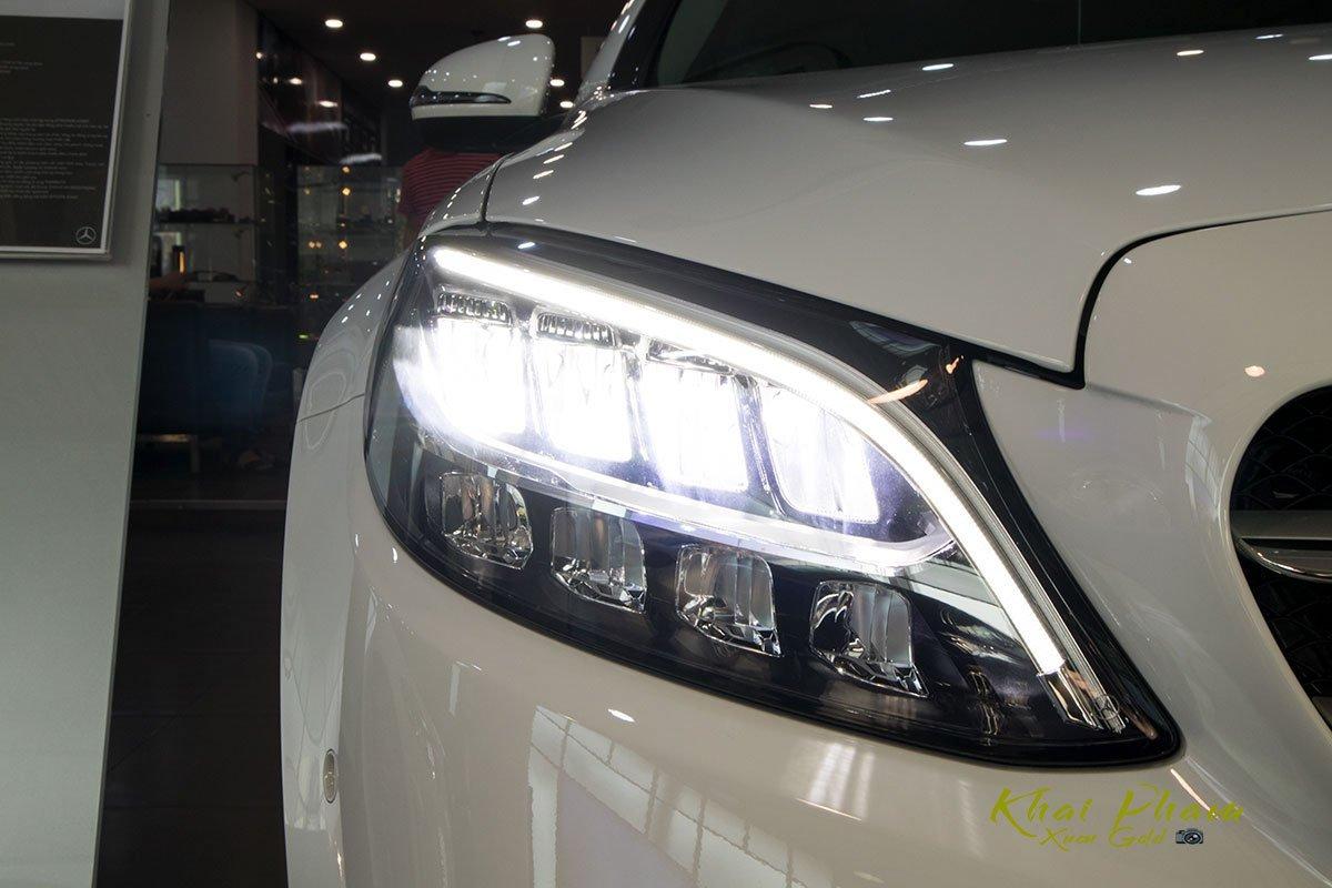 Ảnh chụp đèn pha sáng xe Mercedes-Benz C 180 2020