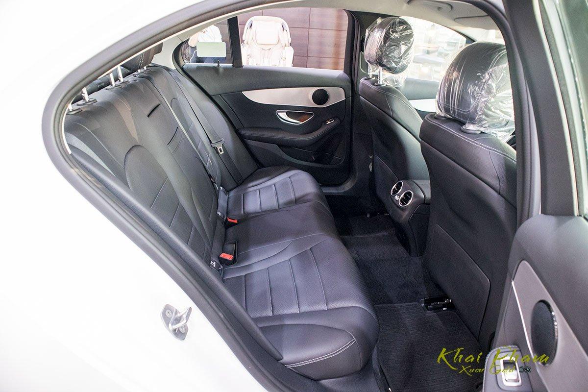 Ảnh chụp hàng ghế sau xe Mercedes-Benz C 180 2020