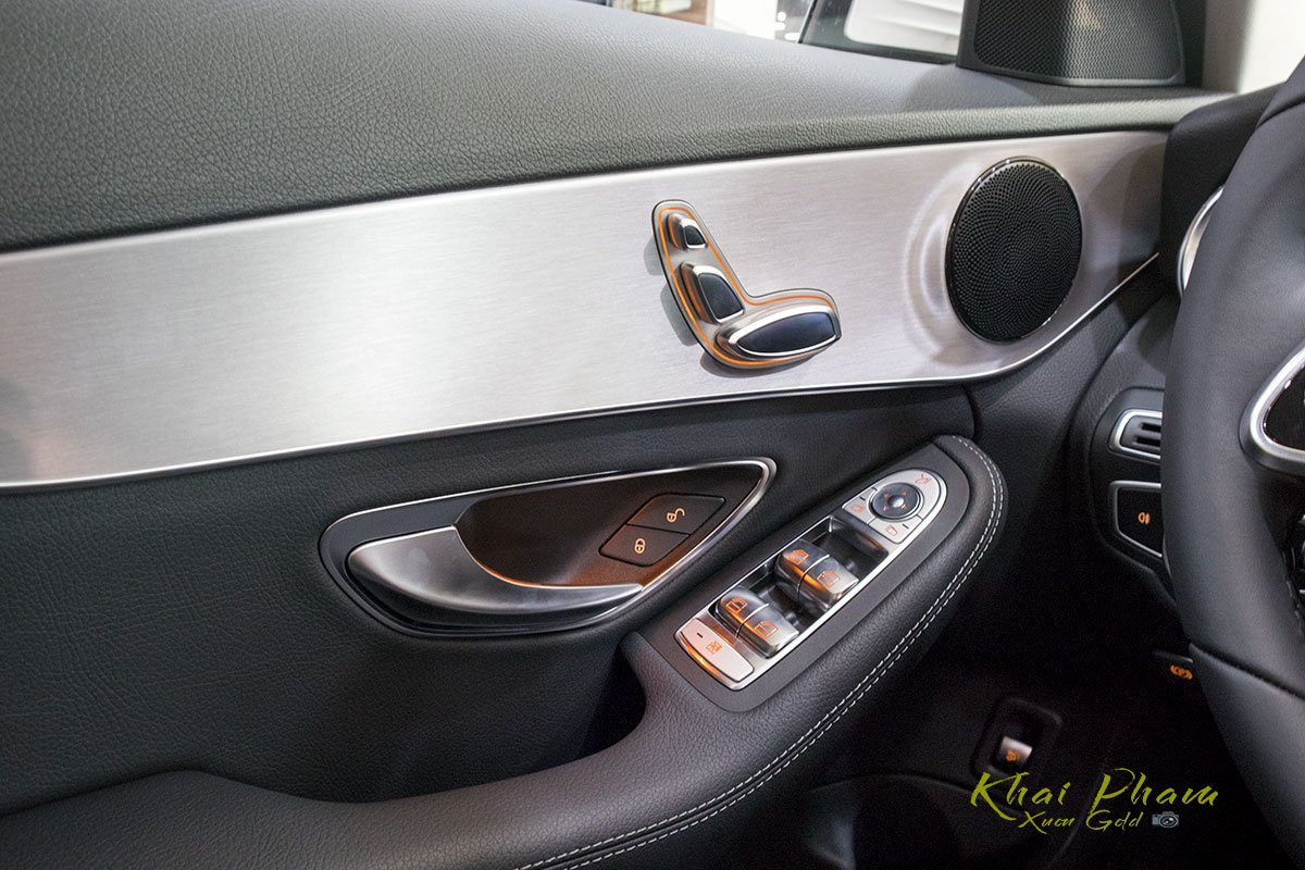 Ảnh chụp cánh cửa xe Mercedes-Benz C 180 2020 1