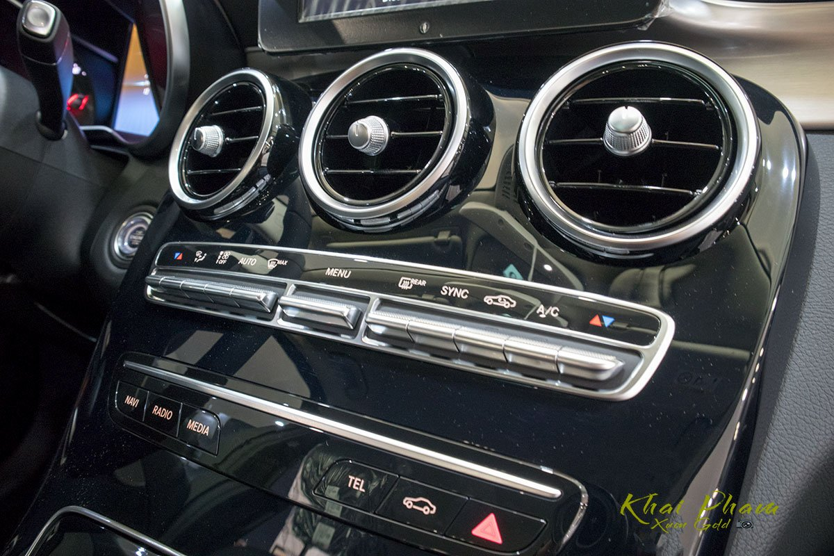 Ảnh chụp nút bấm điều hoà xe Mercedes-Benz C 180 2020