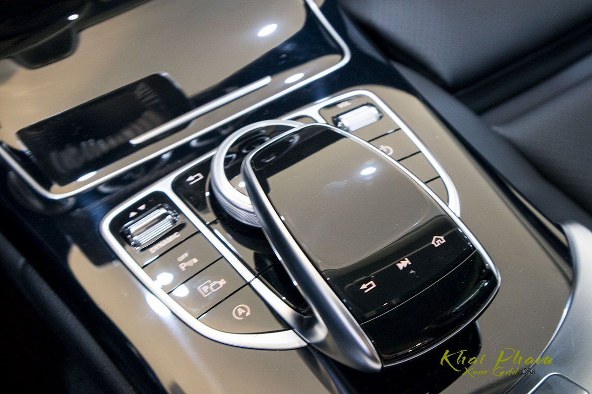 Ảnh chụp nút bấm bệ trung tâm xe Mercedes-Benz C 180 2020