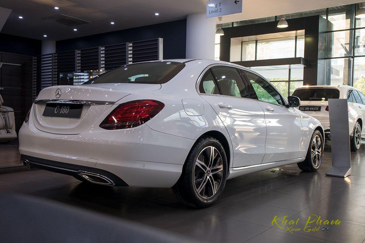 Ảnh chụp đuôi xe Mercedes-Benz C 180 2020 12