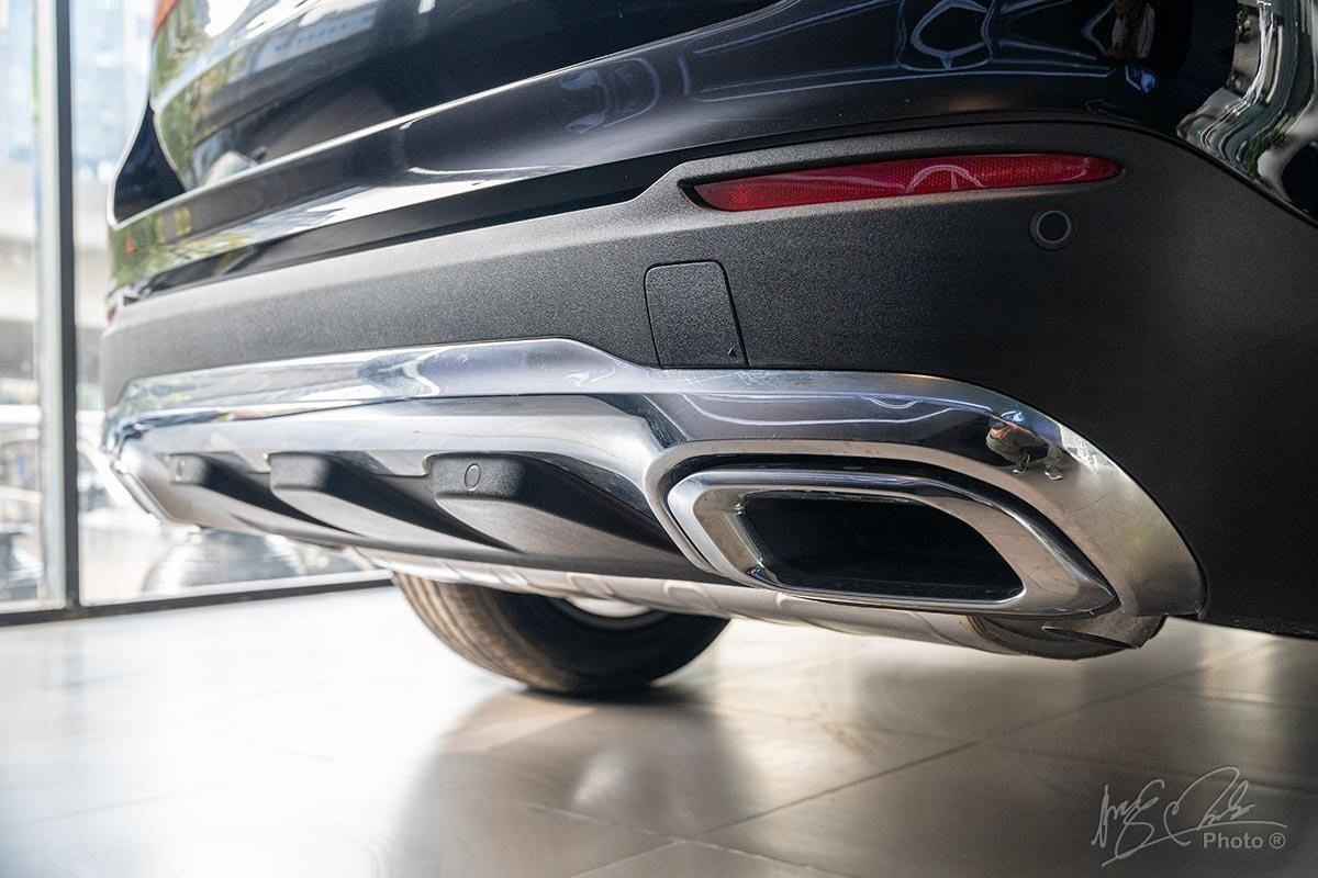 Đánh giá xe Mercedes-Benz GLC 200 2020: Ổng xả crôm giả mang tính trang trí.