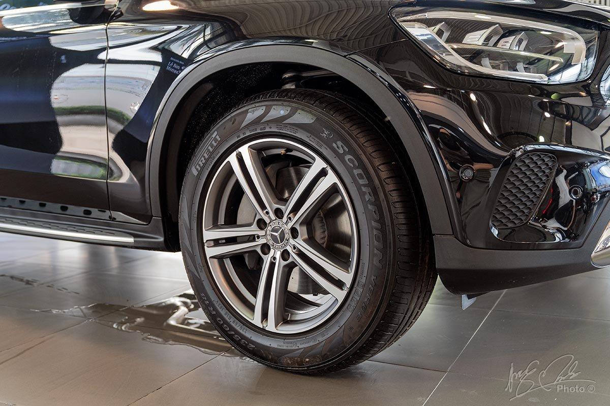 Đánh giá xe Mercedes-Benz GLC 200 2020: La-zăng 18 inch kiểu mới.