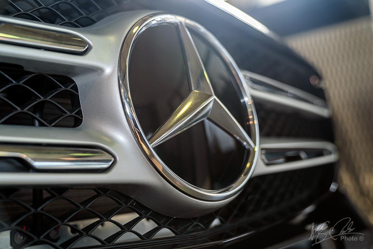 Đánh giá xe Mercedes-Benz GLC 200 2020: Logo được phủ lớp kính đen bóng.