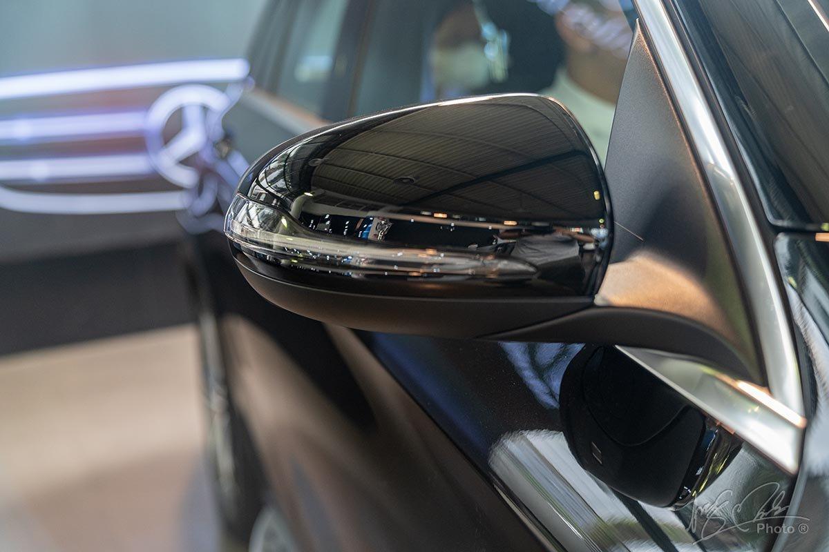 Đánh giá xe Mercedes-Benz GLC 200 2020: Gương chiếu hậu tích hợp xi-nhan LED.