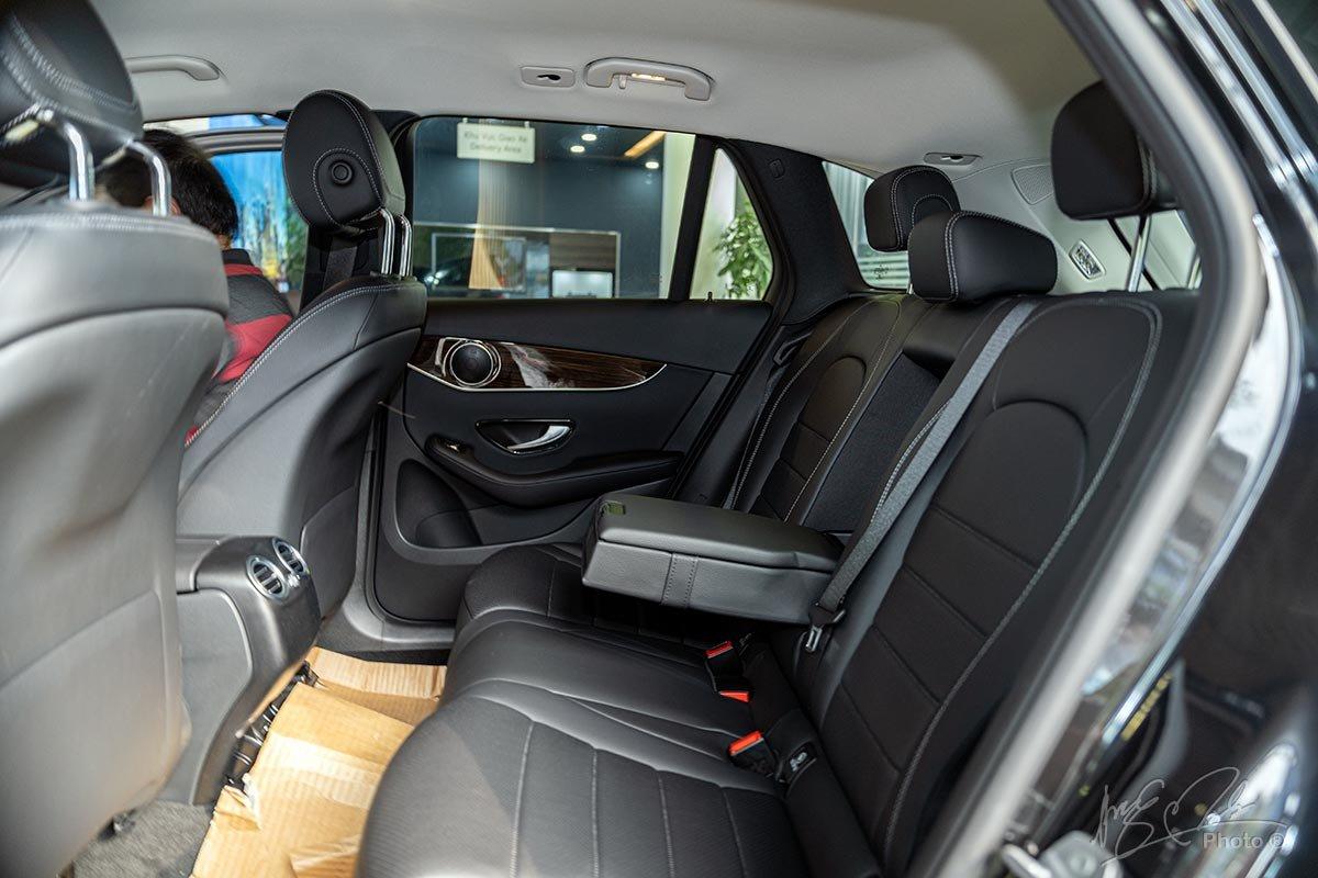 Đánh giá xe Mercedes-Benz GLC 200 2020: Ghế sau đủ rộng rãi cho 3 người ngồi.
