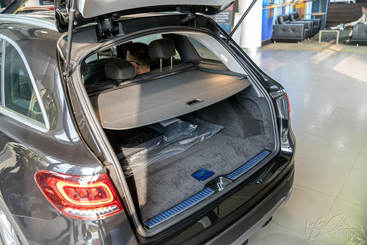 Đánh giá xe Mercedes-Benz GLC 200 2020: Khoang hành lý có thêm vách ngăn tiêu chuẩn.