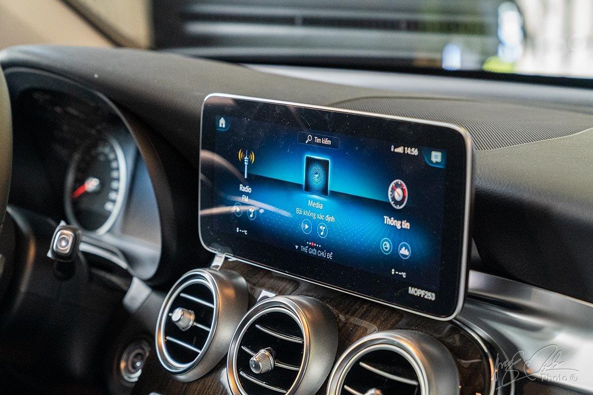 Đánh giá xe Mercedes-Benz GLC 200 2020: Màn hình cảm ứng trung tâm cỡ lớn 10,25 inch.