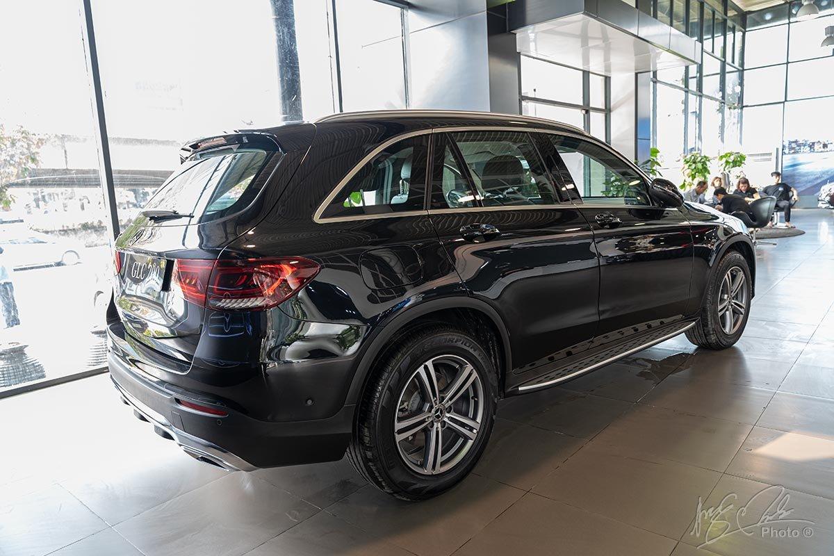 Đánh giá xe Mercedes-Benz GLC 200 2020: Thiết kế đuôi xe.