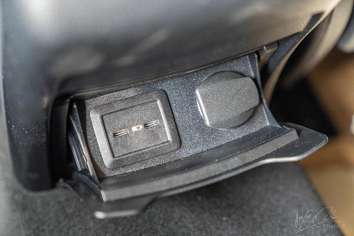 Đánh giá xe Mercedes-Benz GLC 200 2020: Khu vực cửa gió phía sau có thêm 2 cổng sạc Type C.