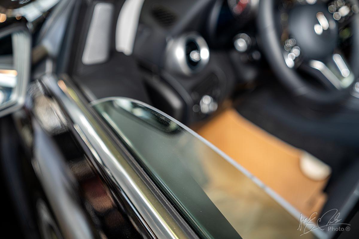 Đánh giá xe Mercedes-Benz GLC 200 2020: Cửa kính không phải loại cách âm 2 lớp.