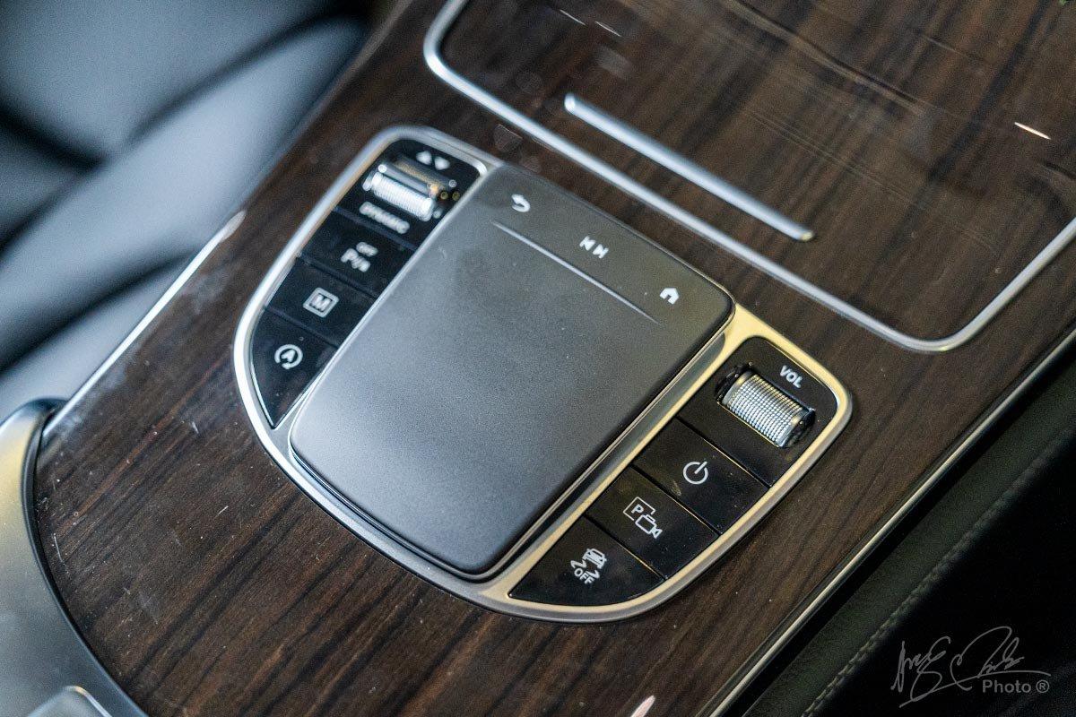 Đánh giá xe Mercedes-Benz GLC 200 2020: Bàn điều khiển Touchpad thiết kế mới.