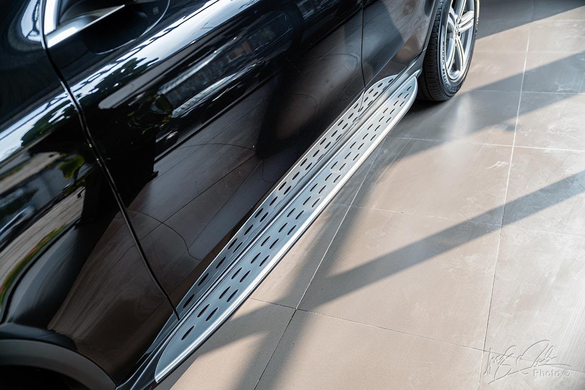Đánh giá xe Mercedes-Benz GLC 200 2020: Bậc lên xuống ốp nhôm.