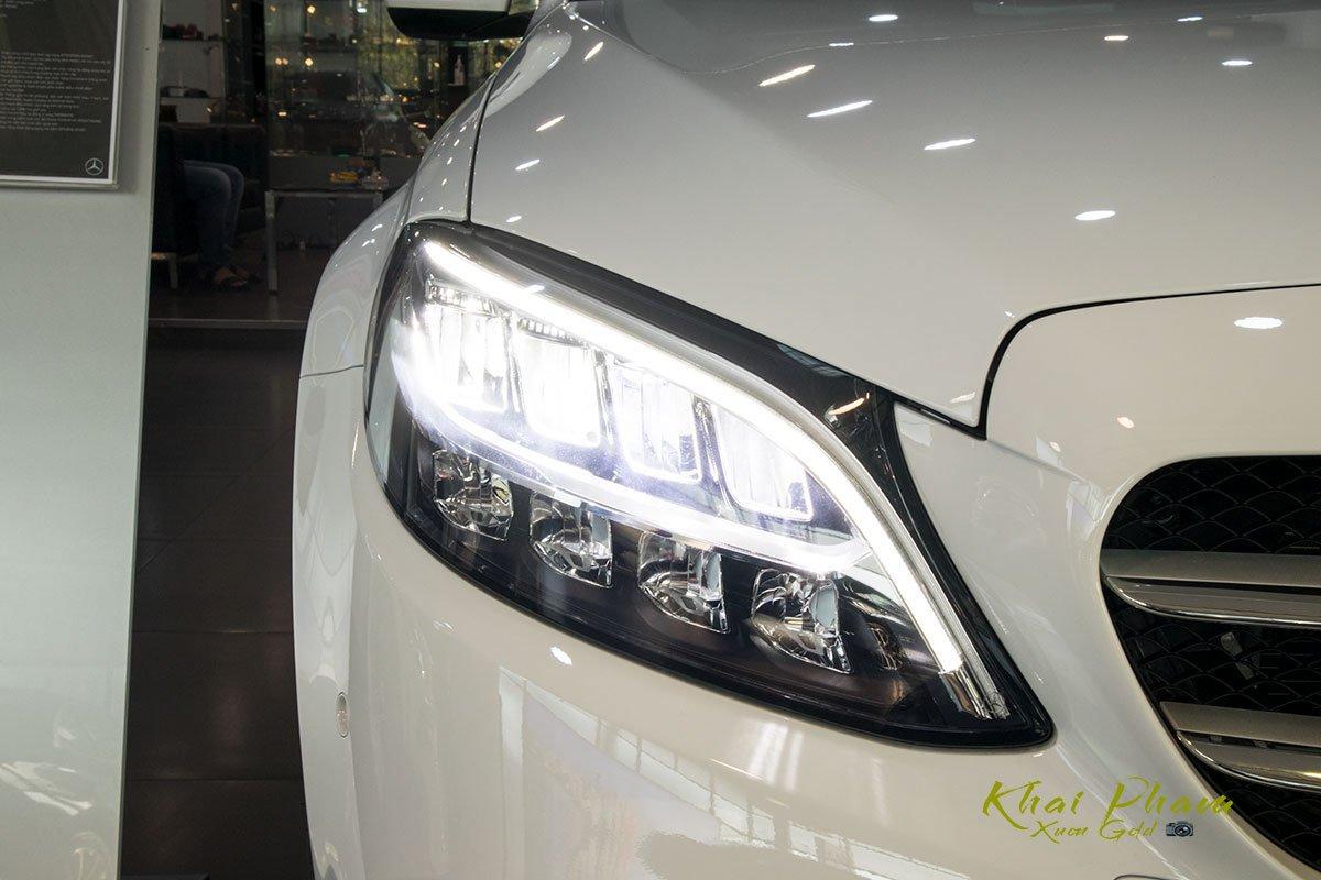 Ảnh chụp đèn pha sáng xe Mercedes-Benz C 180 2020 1